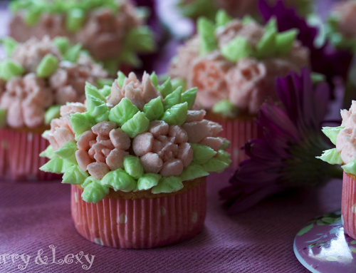 Ванилови къпкейкове с цветя от маслена глазура